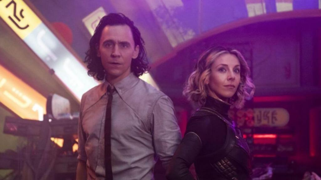 Loki e Sylvie pousam para câmera em pose heróica Otageek
