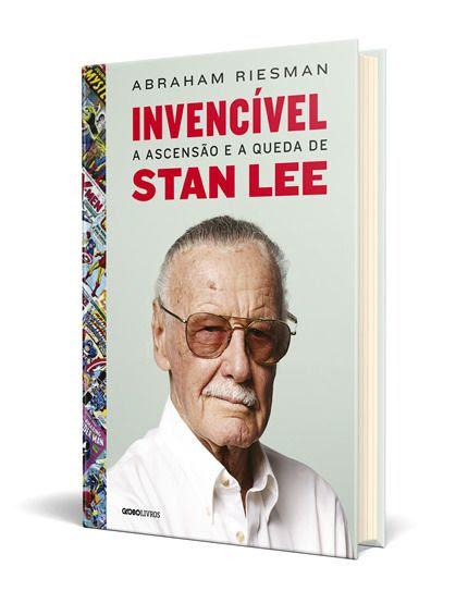 Na capa de Invencível, Stan Lee está de costas para um fundo azul, com uma lombada cheia de personagens de quadrinhos