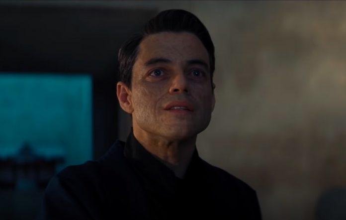 O ator Rami Malek maquiado para dar vida ao vilão Safin, com rosto queimado.