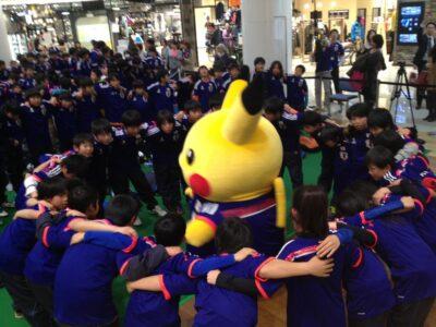 L'arrivée de Pikachu à l'Aéroport, mascotte officielle de l'équipe de foot du Japon !