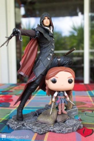 La figurine Pop Elise (Unity) à côté de ma figurine ubi Collectible Evie (Syndicate)