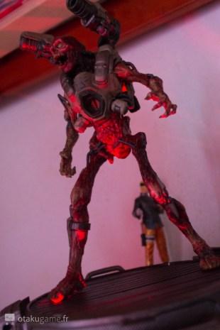 Le soir, cette figurine en impose grâce à ses effets lumineux !