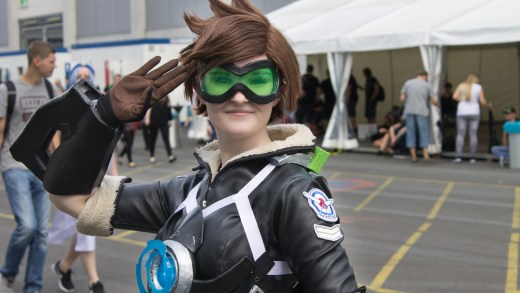 Une Tracer dans son cosplay alternatif à la Gamescom 2016 !