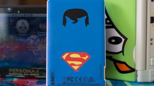 La magnifique batterie Emtec POWER ESSENTIALS Superman trônera fièrement aux côté de vos consoles !