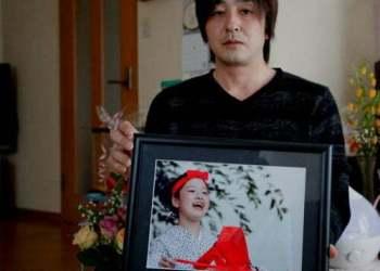 Anh Go Kasai, một người cha ở tỉnh Aomori, cũng có con gái là bé Rima Kasai tự tử vì bị bắt nạt. Ảnh: REUTERS