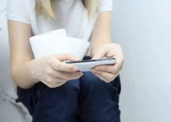 Sử dụng điện thoại trong nhà vệ sinh có thể hiểm hoạ cho cơ thể