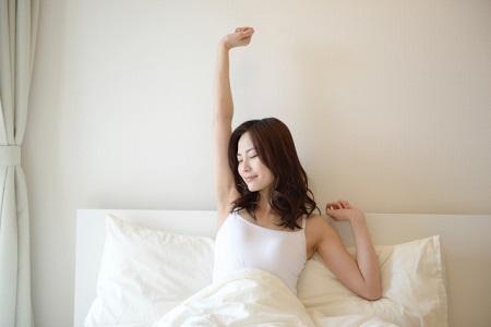 ベッドと女性