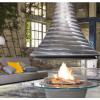 モチ吉、大きな三角錐の焚き火設備って