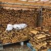 割った薪をようやく棚に積む。サクラとナラが混在してしまいましたが。