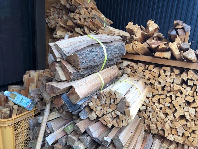 雨になったので、ちょっとキャンプや焚火用の薪の購入が落ち着いてきましたが、ガチ2年乾燥の薪の在庫ですが、実のところそんなになかったりします。