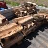 映像用にとってある3玉以外の薪を割って雨ざらしにしていたんですが、積む事にしました。擁壁があるので、軽トラで移動します。