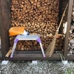 軽トラで井桁で乾かしていた薪を積む