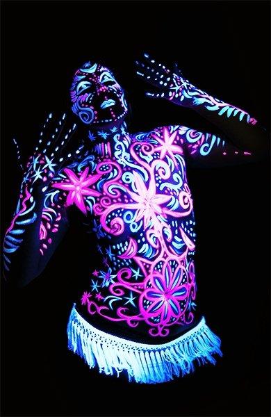 Неоновая татуировка на теле девушки