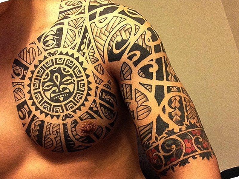 Грудь и плечо в татуировке