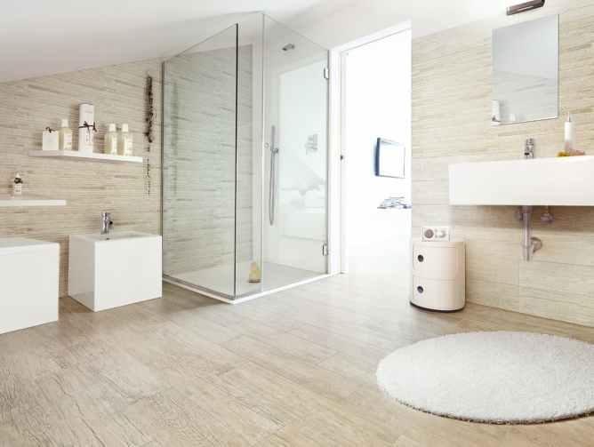 светлый линолеум на полу в ванной комнате