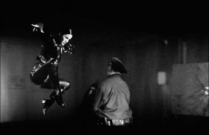 Старший офицер корабля «Навуходоносор» Тринити (Керри-Энн Мосс), показывает, на что способна женщина в латексе. «Матрица», 1999, реж. Энди и Лана Вачовски