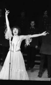 Татьяна Рассказова в роли Мирей Матье. «Ах, эти звезды!». Фото предоставлено пресс-службой театра