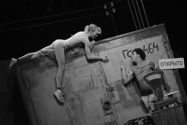 «Деньги» по пьесе «Не было ни гроша, да вдруг алтын», режиссер Константин Райкин, «Сатирикон», 2010