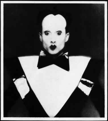Клаус Номи, звезда американского андеграунда 70—80-х, контртенор, обладатель голоса с диапазоном от баритона до сопрано, одна из первых жертв ВИЧ-эпидемии.