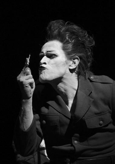 Уиллем Дефо, сыграв в «Жизни и смерти Марины Абрамович» (2011), продолжил сотрудничество с Робертом Уилсоном в постановке «Старухи» Хармса (2013) с Михаилом Барышниковым.