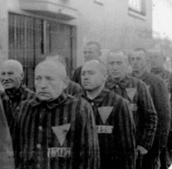 Заключенные в Германии с розовыми нашивками на лагерных робах, 1936. Такими треугольниками нацисты отмечали геев в гитлеровских концлагерях.