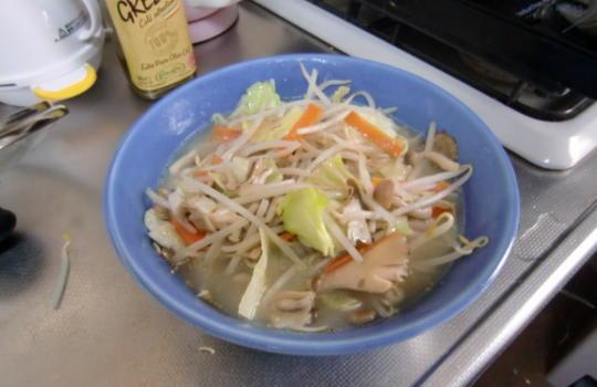 即席インスタントラーメンのアレンジでカットした野菜を炒めて加えたレシピが完成した画像