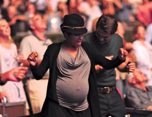 HALLE BERRY, PREGGERS WITH MACEO, GETTING HER GROOVE THING ON AT AN EARTH, WIND & FIRE CONCERT! cute!