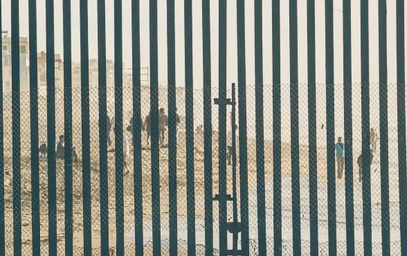 U.S.-US-Mexico-border-crossing-fence-wall