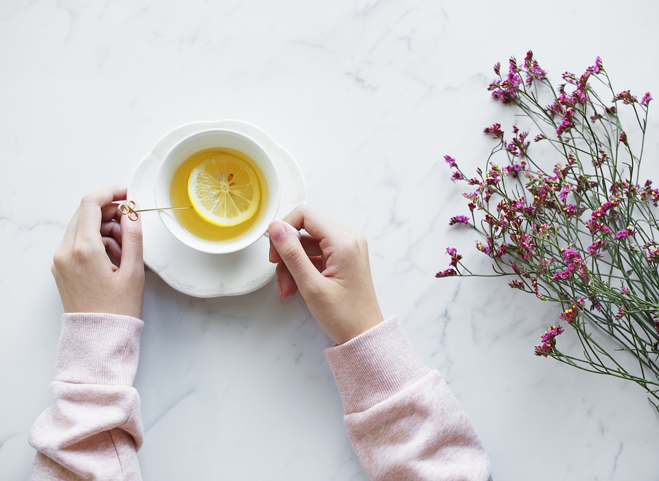 Tea witchcraft: drink lemon tea to lengthen your life and cleanse the aura.