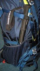 Sehr kurze Trekkingstöcke passen ganz gut an den Rucksack.