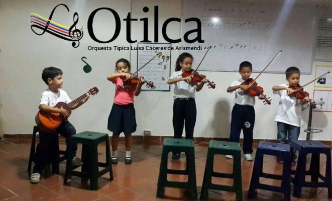 Niños y niñas del Kinder Musical Otilca