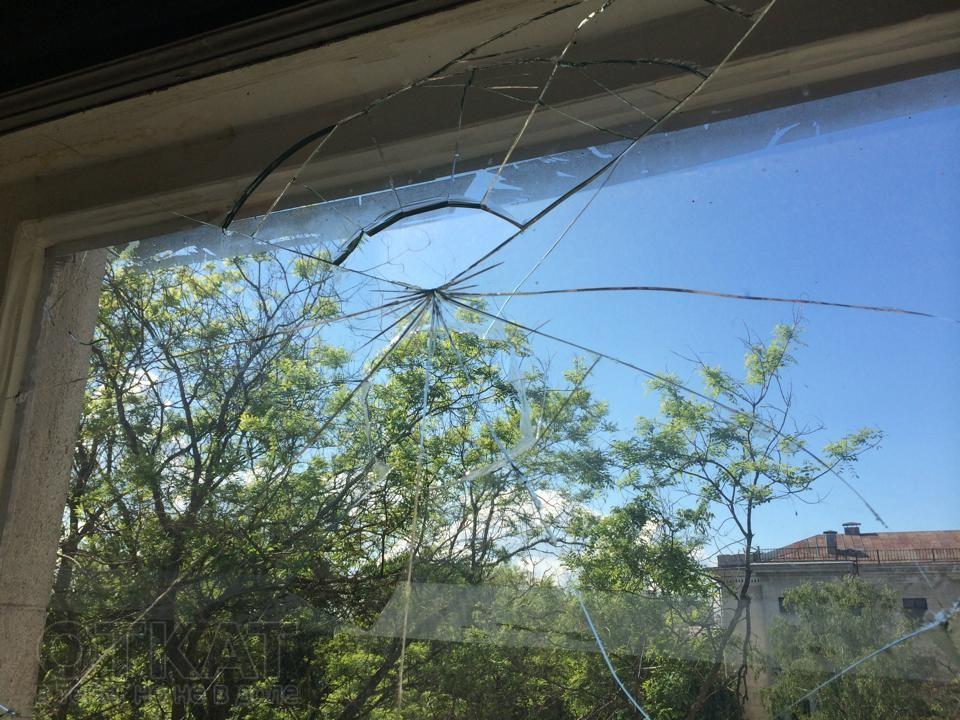 Соседнее окно, разбитое, предположительно, камнем