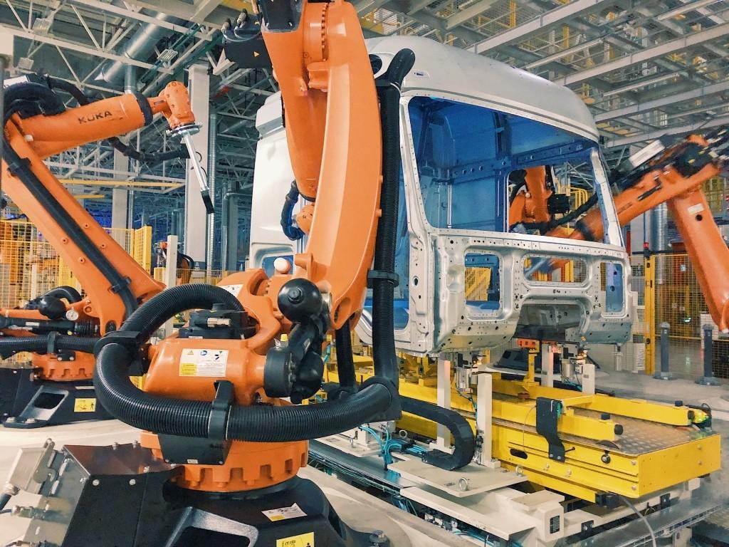 Daimler dan KAMAZ Libatkan 120 Robot Produksi Truk