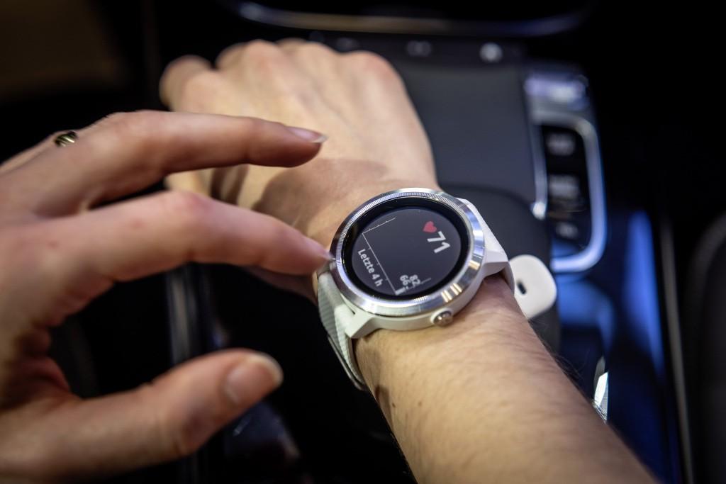 Jam Pintar Mercedes-Benz Vívoactive 3