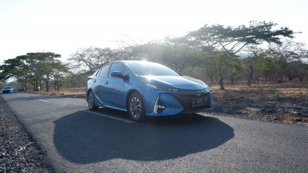 Mencicipi Toyota Prius Plug-In Hybrid Electric Vehicle