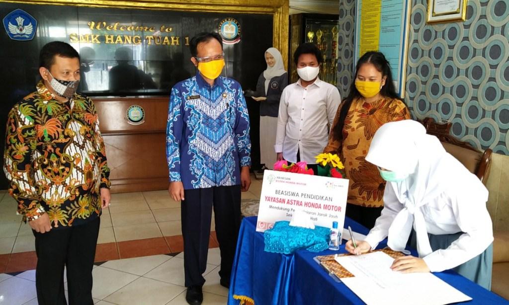 AHM Salurkan Beasiswa Pendidikan untuk Belajar di Masa Pandemi