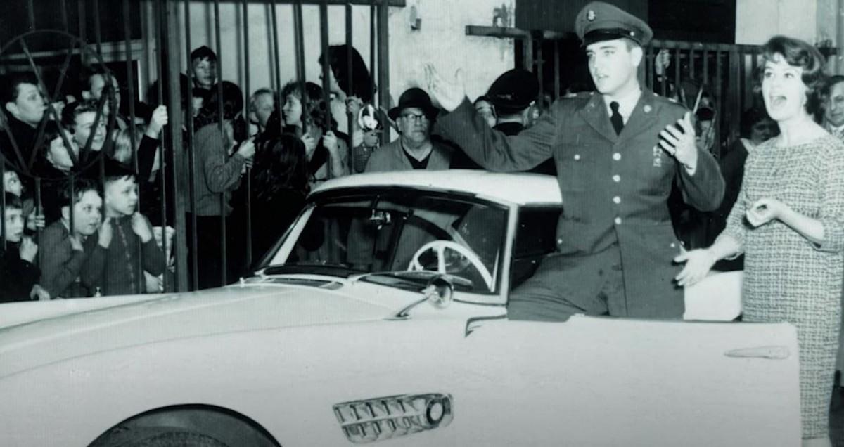 BMW 507 Elvis Presley, Putih Lalu Merah dan Kembali Putih
