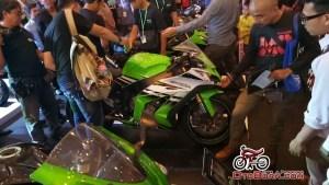 Kawasaki Ninja jatuh di booth IMOS2016