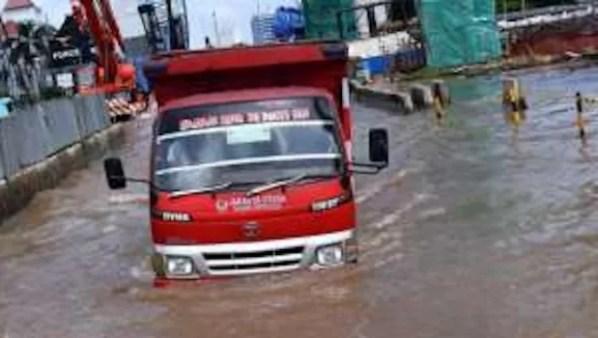 Jakarta Banjir, Truk Ekspedisi Rugi