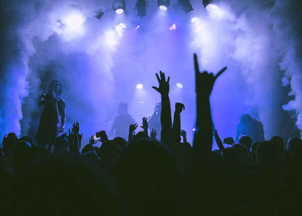 ヘヴィメタルライヴ中にメロイックサインを掲げるオーディエンスのイメージ