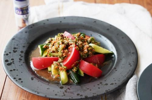 黒いお皿に盛られたトマトときゅうりのニラだれサラダ