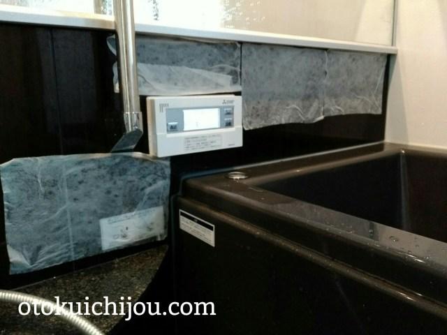 お風呂の壁にキッチンペーパーに強酸性クリーナーを浸して貼り付けました