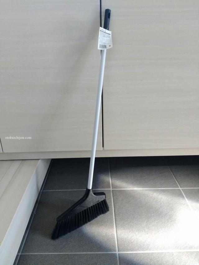 玄関の掃き掃除