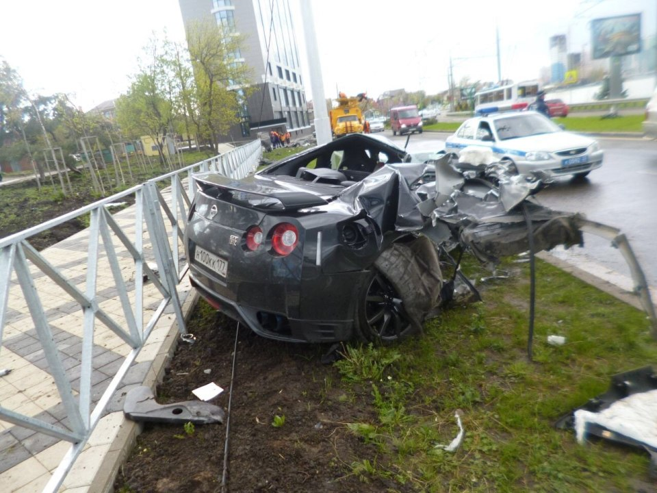 Rus Futbolcunun Nissan GT-R İle Feci Kazası   Otomobilkolik