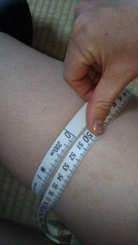 ビレッグを履いてどのくらい脚痩せしたかを計測している画像