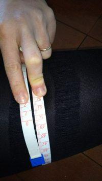 ビレッグを履くと素足の状態と比べて画像の通り2cm細くなります。
