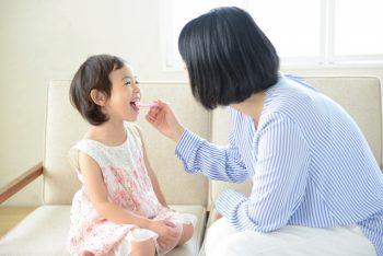 歯みがきをする親子