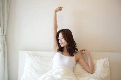 スッキリ目覚めた女性イメージ