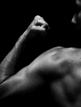 鍛え上げられた理想の筋肉をまとう男性の画像