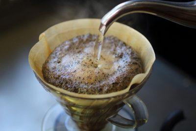 湯気の立ち上る淹れ立てのコーヒーのイメージ